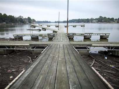 A boat dock now rests in mud at Morse Reservoir as water levels drop due to the current drought near Cicero, Indiana July 19, 2012. Foto: Chris Bergin / Reuters In English