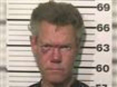 Country singer Randy Travis is charged with driving while intoxicated. Authorities in North Texas say he crashed his Pontiac Trans Am Tuesday night, and was found naked and combative at the scene. (Aug. 9)              Foto: AP in English