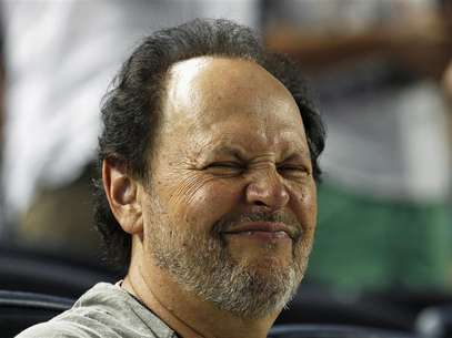 Actor Billy Crystal grimaces as he watches the New York Yankees take on the Toronto Blue Jays during their MLB American League baseball game at Yankee Stadium in New York, July 16, 2012. Foto: Adam Hunger / Reuters In English