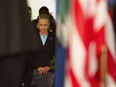 U.S. Secretary of State Hillary Clinton waits off-stage before speaking at the University of the Western Cape about the U.S.-South Africa partnership, in Cape Town August 8, 2012. Foto: Pool / Reuters In English