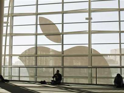 Attendees sit in front of an Apple logo during the Apple Worldwide Developers Conference 2012 in San Francisco, California June 11, 2012. Foto: Stephen Lam / Reuters In English