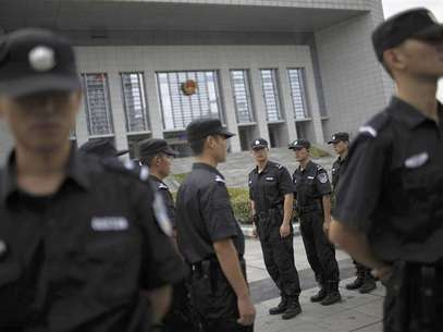 Police officers switch guard shifts outside the Hefei Intermediate People's Court in Hefei, Anhui Province August 10, 2012. REUTER/Aly Song Foto: Reuters In English