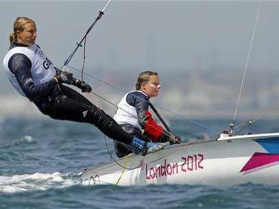 Britain's Hannah Mills and Saskia Clark sail during the first race of the women's 470 sailing class at the London 2012 Olympic Games in Weymouth and Portland, southern England, August 3, 2012. Foto: Benoit Tessier / Reuters In English
