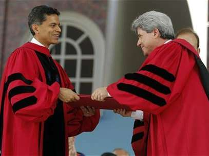 Journalist and writer Fareed Zakaria (L) receives an honorary Doctor of Laws degree from Marc Goodheart, Secretary of the Harvard Corporation, during the 361st Commencement Exercises at Harvard University in Cambridge, Massachusetts May 24, 2012. Foto: Brian Snyder / Reuters In English