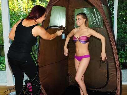 A atriz, modelo e cantora Carmen Electra mostra suas curvas durante sessão de bronzeamento Foto: Grosby