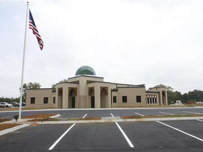 A general view shows the U.S. flag in front of the newly opened Islamic Center of Murfreesboro in Murfreesboro, Tennessee August 10, 2012. Foto: Harrison McClary / Reuters In English