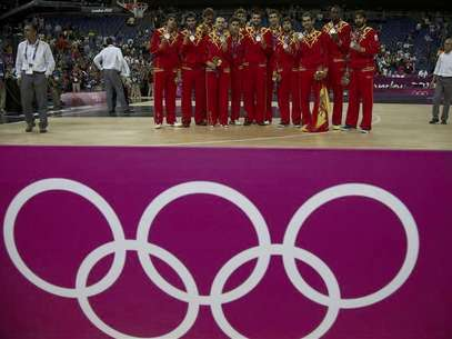 Spain's players pose with their silver medals during victory ceremony at the North Greenwich Arena during the London 2012 Olympic Games August 12, 2012. Foto: Sergio Perez / Reuters In English