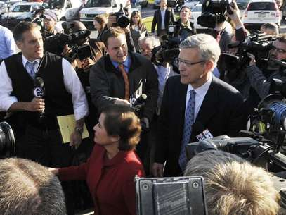 Former Penn State Athletic Director Tim Curley walks through the press after his arraignment on perjury charges in Harrisburg, Pennsylvania, November 7, 2011. Curley is charged with perjury in the Grand Jury investigation of former Penn State Football Defensive Coordinator Jerry Sandusky. Foto: Pat Little / Reuters In English