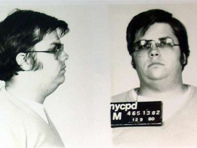 A mug-shot of Mark David Chapman, who shot and killed John Lennon, is displayed on the 25th anniversary of Lennon's death at the NYPD in New York December 8, 2005. Foto: Stringer / Reuters In English