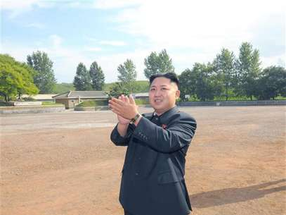 North Korean leader Kim Jong-Un visits a sub-unit under the Korean People's Army Unit 552 in this undated picture released by the North's official KCNA news agency in Pyongyang August 7, 2012. Foto: KCNA / Reuters In English