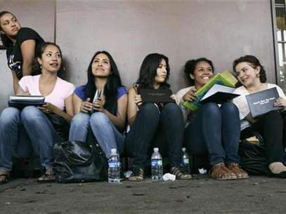Students wait in line for assistance with paperwork for the Deferred Action for Childhood Arrivals program at the Coalition for Humane Immigrant Rights of Los Angeles in Los Angeles, California, August 15, 2012. Foto: Jonathan Alcorn / Reuters In English