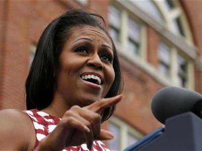 First lady Michelle Obama introduces U.S. President Barack Obama at an event at the Alliant Energy Amphitheater in Dubuque, Iowa, August 15, 2012. Foto: Larry Downing / Reuters In English