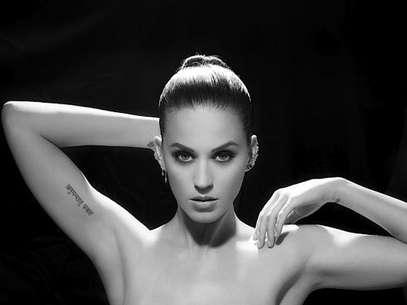 Katy aparece de topless cobrindo os seios apenas com os braços Foto: Divulgação