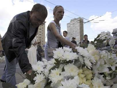 People lay flowers at the monument to the three victims of the 1991 coup to mark the 21st anniversary of the August Putsch in central Moscow, August 19, 2012. Foto: Sergei Karpukhin / Reuters In English