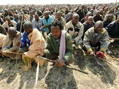 Striking miners hold weapons as they wait to be addressed by former African National Congress Youth League (ANCYL) President Julius Malema outside a South African mine in Rustenburg, 100 km (62 miles) northwest of Johannesburg August 18, 2012. Foto: Siphiwe Sibeko / Reuters In English