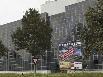 Office space is seen for rent in Nieuwegein August 14, 2012. The euro zone crisis is washing over the walls of one of the region's safest havens. So far the Netherlands, a founding member of the European Union and fiscal hawk along with neighbouring Germany, has been spared the dramatic collapse of property prices associated with southern European countries such as Spain. Now, though, four years after the global financial crisis first hit, the economy is on the brink of another recession. And steadily sink Foto: Michael Kooren / Reuters In English