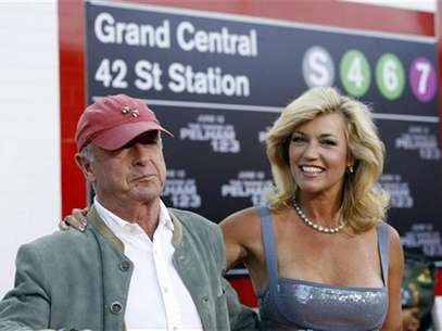 Director of the movie Tony Scott and his wife Donna attend the premiere of the movie &quot;The Taking of Pelham 1 2 3&quot; at the Mann Village theatre in Los Angeles June 4, 2009. The movie opens in the U.S. on June 12. Foto: Mario Anzuoni / Reuters In English