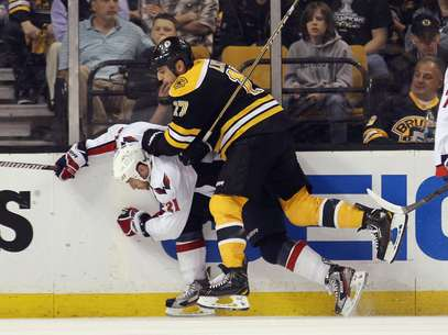 Milan Lucic #17 of the Boston Bruins checks Brooks Laich #21 of the Washington Capitals in Game Five of the Eastern Conference Quarterfinals during the 2012 NHL Stanley Cup Playoffs at TD Garden on April 21, 2012 in Boston, Massachusetts. The Capitals defeated the Bruins 4-3. Foto: Getty Images