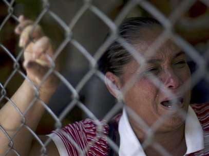 A relative of inmate cries outside Yare prison in San Francisco de Yare, 72 km (45 miles) south from Caracas, August 20, 2012. Foto: Carlos Garcia Rawlins / Reuters In English