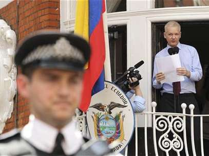 Wikileaks founder Julian Assange speaks to the media outside the Ecuador embassy in west London on August 19, 2012. Foto: Olivia Harris / Reuters In English