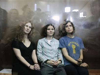 "Members of the female punk band ""Pussy Riot"" (R-L) Nadezhda Tolokonnikova, Yekaterina Samutsevich and Maria Alyokhina sit in a glass-walled cage after a court hearing in Moscow, August 17, 2012. Foto: Maxim Shemetov / Reuters In English"