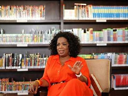 Talk show queen Oprah Winfrey gestures during an interview with Reuters at her Oprah Winfrey Leadership Academy for Girls in Henley-on-Klip, outside Johannesburg January 12, 2012. Foto: Siphiwe Sibeko / Reuters In English