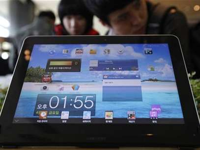 The Samsung Electronics' Galaxy Tab is displayed for customers at a store in Seoul April 6, 2012. Foto: Kim Hong-Ji / Reuters In English