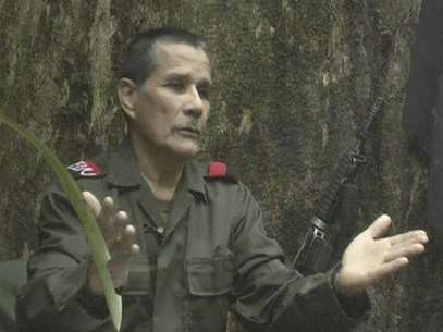"Colombian guerrilla group National Liberation Army (ELN) commander Nicolas Rodriguez, known as ""Gabino"", gestures as he speaks in response to questions from Reuters at a hidden jungle camp in this still image taken from an undated video released August 27, 2012. Foto: ELN via Reuters TV / Reuters In English"