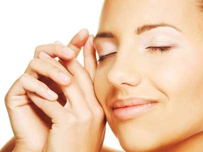 Óleo de melaleuca combate a formação de acne no rosto, controla a oleosidade da pele e ainda reforça a hidratação Foto: Shutterstock