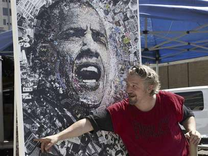 "A local artist named ""O"" shows off his lithograph featuring President Barack Obama for sale at the site of the Democratic National Convention in Charlotte, North Carolina September 2, 2012. Foto: Rick Wilking / Reuters In English"