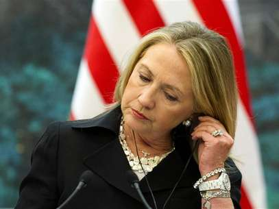 U.S. Secretary of State Hillary Clinton listens to a translation during a joint news conference with Chinese Foreign Minister Yang Jiechi at the Great Hall of the People in Beijing September 5, 2012. Foto: Pool / Reuters In English