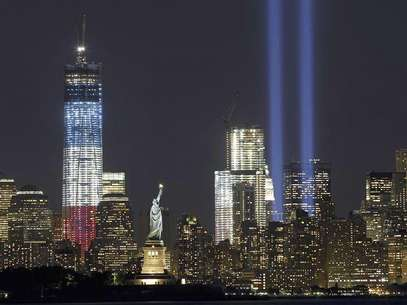 The Tribute in Light is illuminated next to the Statue of Liberty (C) and One World Trade Center (L) during events marking the 11th anniversary of the 9/11 attacks on the World Trade Center in New York, September 10, 2012. Foto: Gary Hershorn / Reuters In English