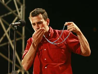 Opposition presidential candidate Henrique Capriles kisses a rosary during a campaign rally in Maracaibo September 11, 2012. Foto: Isaac Urrutia / Reuters In English