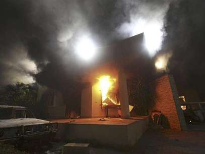 The U.S. Consulate in Benghazi is seen in flames during a protest by an armed group said to have been protesting a film being produced in the United States September 11, 2012. An American staff member of the U.S. consulate in the eastern Libyan city of Benghazi has died following fierce clashes at the compound, Libyan security sources said on Wednesday. Armed gunmen attacked the compound on Tuesday evening, clashing with Libyan security forces before the latter withdrew as they came under heavy fire. Foto: Esam Al-Fetori / Reuters In English