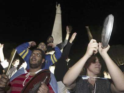 Protesters bang pots and pans while shouting slogans against the government of Argentine President Cristina Fernandez de Kirchner at the Plaza de Mayo square in Buenos Aires September 13, 2012. Foto: Enrique Marcarian / Reuters In English
