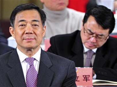 China's former Chongqing Municipality Communist Party Secretary Bo Xilai (L) and former Deputy Mayor of Chongqing Wang Lijun (R) attend a session of the Chinese People's Political Consultative Conference (CPPCC) of the Chongqing Municipal Committee, in Chongqing municipality, January 7, 2012. Foto: Stringer / Reuters In English