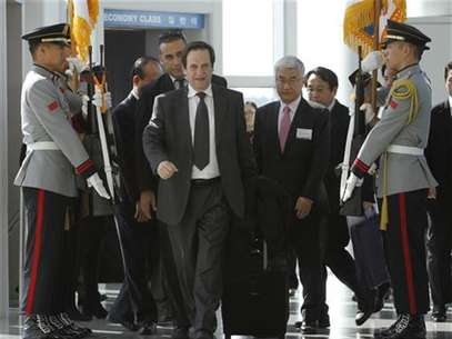Israel's Deputy Prime Minister Dan Meridor (front) arrives at the Incheon International Airport ahead of the Nuclear Security Summit in Seoul March 25, 2012. Foto: Kim Hong-Ji / Reuters In English