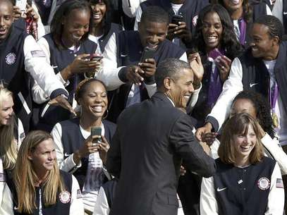 U.S. President Barack Obama smiles as he greets members of the 2012 U.S. Olympic and Paralympic teams during a reception at the White House in Washington, September 14, 2012. Foto: Jonathan Ernst / Reuters In English