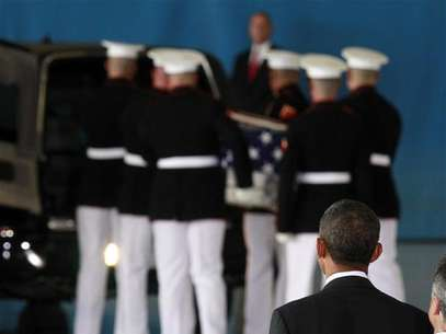 U.S. President Barack Obama watches as the body of an American killed in Benghazi this week is placed in a hearse during a return of remains ceremony at Andrews Air Force Base near Washington, September 14, 2012. Foto: Jason Reed / Reuters In English