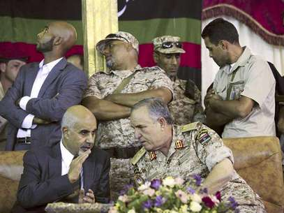 Libya's President Mohammed Magarief (L) and Libyan Army Chief of Staff Yousef al-Mangush speak during their visit to the tomb of Omar al-Mukhtar in Suluq, 53 km (33 miles) southeast of Benghazi September 16, 2012. Foto: Stringer / Reuters In English