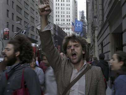 Occupy Wall Street activists shout slogans and march in Lower Manhattan's financial district on the one-year anniversary of the movement in New York September 17, 2012. Foto: Adrees Latif / Reuters In English