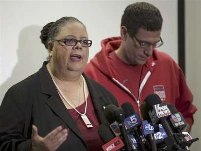 Chicago Teachers Union President Karen Lewis (L) answers a question next to Vice President Jesse Sharkey during a news conference on the seventh day of their strike in Chicago September 16, 2012. Foto: John Gress / Reuters In English
