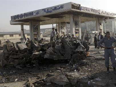 Afghan security personnel investigate at the site of a suicide attack in Kabul September 18, 2012. A suicide bomber blew up a mini-bus carrying foreign and local contract workers near Kabul airport in Afghanistan on Tuesday, with at least nine bodies lying near the wreckage, a Reuters witness at the scene said. Foto: Omar Sobhani / Reuters In English