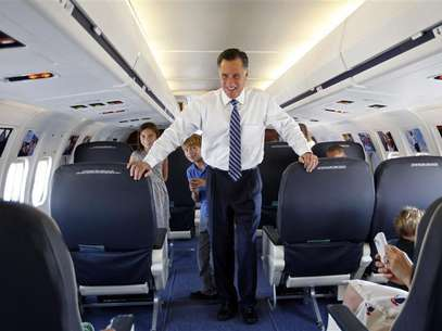 U.S. Republican presidential nominee and former Massachusetts Governor Mitt Romney takes his grandson Wyatt (C) and granddaughter Gracie on a tour of his campaign plane in Salt Lake City, Utah September 18, 2012. Foto: Jim Young / Reuters In English
