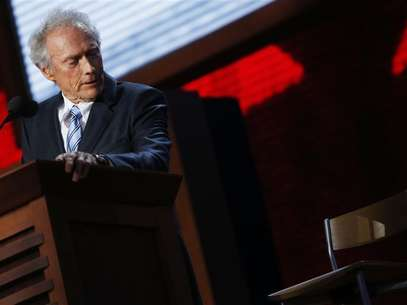 Actor Clint Eastwood addresses an empty chair and questions it as if it is U.S. President Obama, as he endorses Republican presidential nominee Mitt Romney during the final session of the Republican National Convention in Tampa, Florida, August 30, 2012. Foto: Eric Thayer / Reuters In English