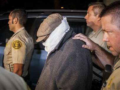 Nakoula Basseley Nakoula (C) is escorted out of his home by Los Angeles County Sheriff's officers in Cerritos, California September 15, 2012. Foto: Bret Hartman / Reuters In English