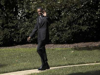 U.S. President Barack Obama waves as he walks from the Oval Office of the White House in Washington before his departure to Miami, Florida September 20, 2012. Foto: Yuri Gripas / Reuters In English