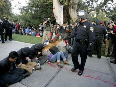 A University of California Davis police officer pepper-sprays students during their sit-in at an &quot;Occupy UCD&quot; demonstration in Davis, California November 18, 2011. Foto: Brian Nguyen / Reuters In English