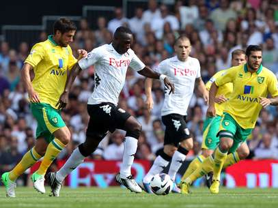Mahamadou Diarra of Fulham battles with Andrew Surman of Norwich City during the Barclays Premier League match between Fulham and Norwich City at Craven Cottage on August 18, 2012 in London, England. Foto: Getty Images