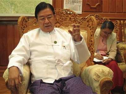 Aung Min, a retired general and minister for rail transportation tasked with negotiating an end to the decades-old conflicts, speaks to a Reuters reporter in his office in Naypyitaw February 15, 2012. Foto: Martin Petty / Reuters In English